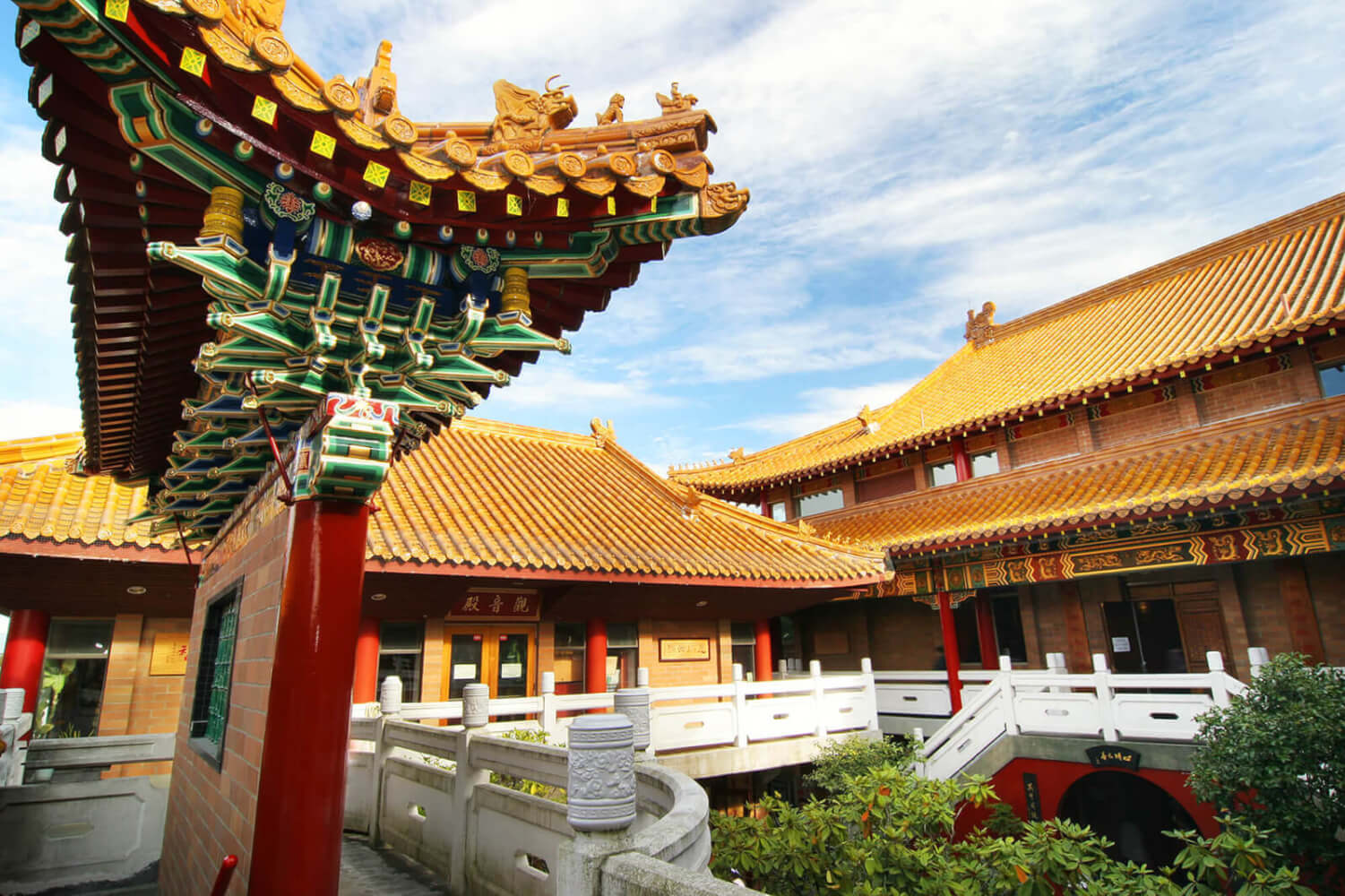 The Temples Structural Magnificence Lies In Its Unique Combination Of Ancient Chinese Imperial Style Construction Dougong And Porcelain Roof Tiles